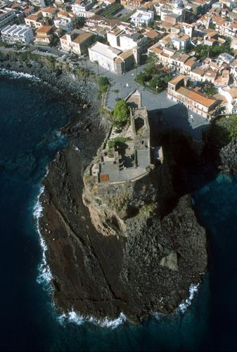 il castello visto dall'alto - Aci castello (4506 clic)