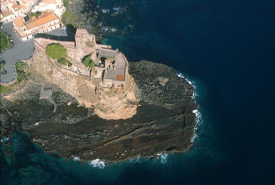il castello in una veduta aerea - Aci castello (3469 clic)