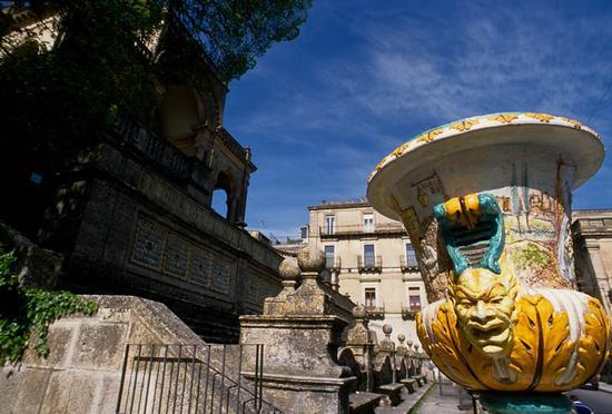 caltagirone, ceramiche della villa e teatrino bonajuto (4725 clic)