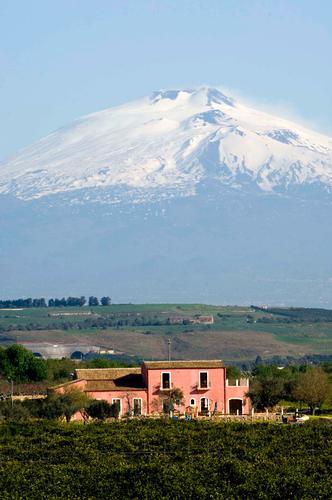 paesaggio della piana di Catania e l'Etna sullo sfondo (5821 clic)