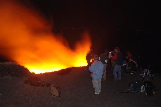 turisti sull'Etna durante una eruzione (2749 clic)