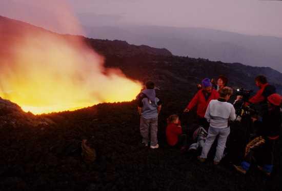 turisti sull'etna durante una eruzione (5262 clic)