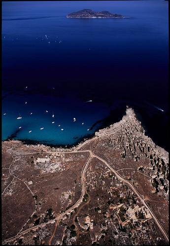 veduta aerea di cala rossa a favignana, sullo sfondo l'isola di levanzo (5515 clic)