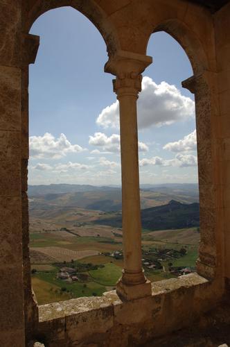 mussomeli, paesaggio da una bifora del castello (5723 clic)