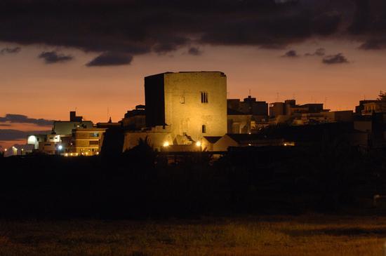 pozzallo, la torre cabrera al tramonto (6163 clic)