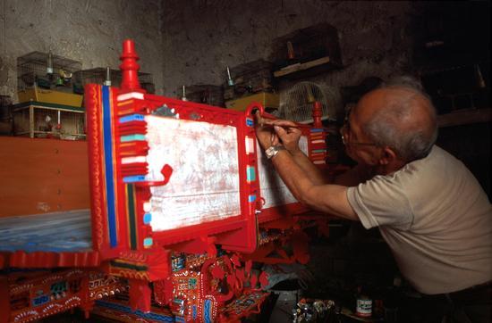 pittore di carretti al lavoro a Scicli (RG) (2730 clic)