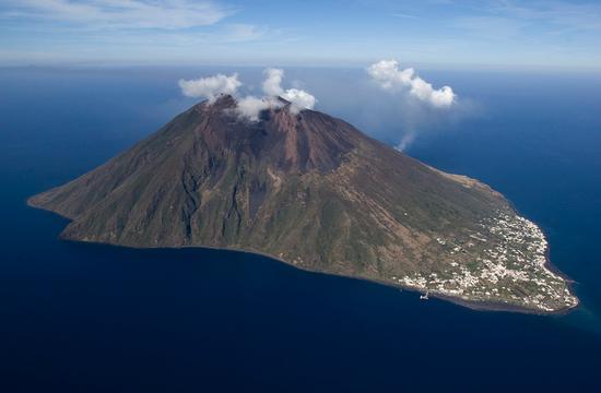stromboli, veduta aerea dell'isola (5807 clic)