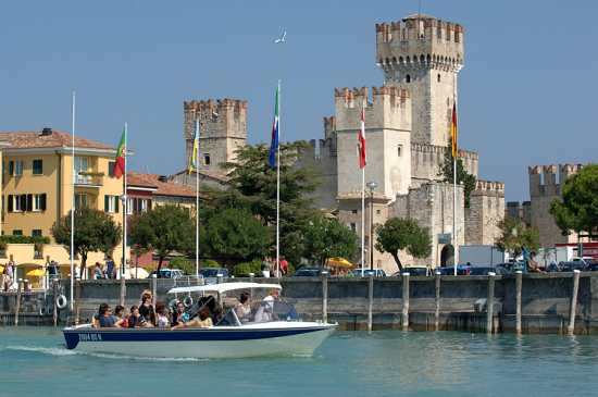 sirmione, turisti in barca sul lago e il castello  (3792 clic)