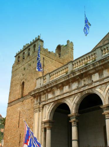 Bandiere volanti sul Duomo. - Monreale (2268 clic)