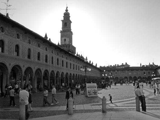 la piazza  - Vigevano (3212 clic)