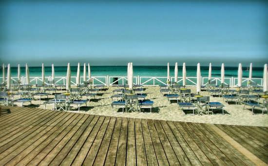 Ordinate file di ombrelloni - Palermo (3611 clic)