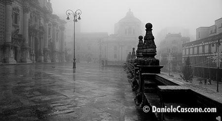 Piazza San Giovanni con la nebbia - Ragusa (6925 clic)