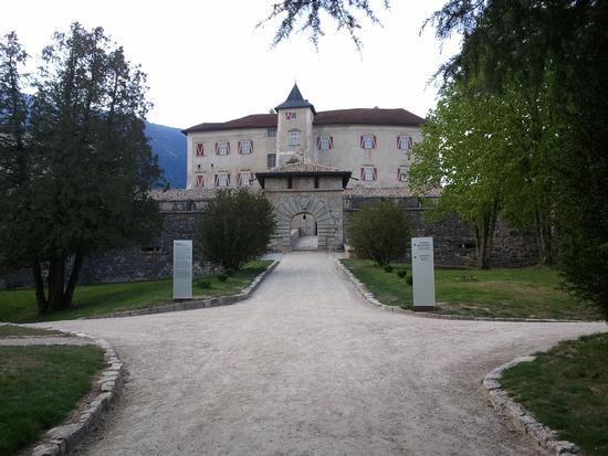 Castel Thun ingresso principale - Ton (1890 clic)