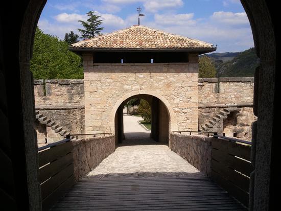 Castel Thun ingresso ponte levatoio - Ton (2007 clic)