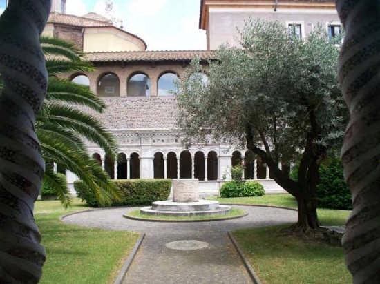 Chiostro con pozzo in San Giovanni in Laterano - Roma (3338 clic)
