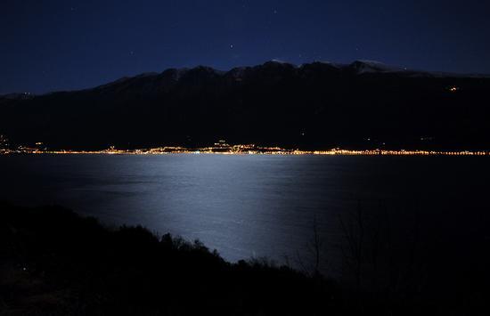 La luna illumina il lago. - GARGNANO - inserita il 09-Jan-12