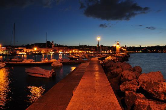 Il faro e il porto dopo il tramonto - Desenzano del garda (4259 clic)