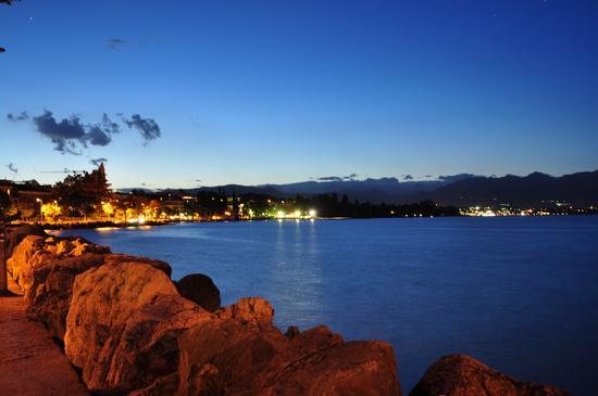 Il lungolago dopo il tramonto - Desenzano del garda (3604 clic)