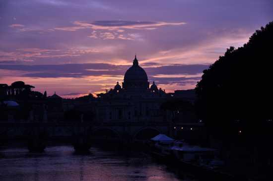 La cupola di San Pietro dopo il tramonto - Roma (7759 clic)
