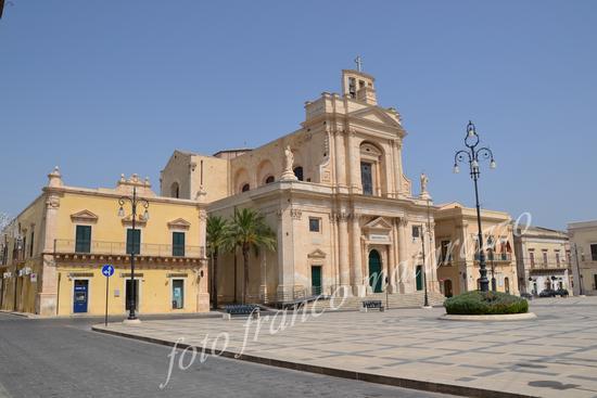ROSOLINI:piazza garibaldi, palazzo cartia, chiesa madre, palazzo di città (3977 clic)