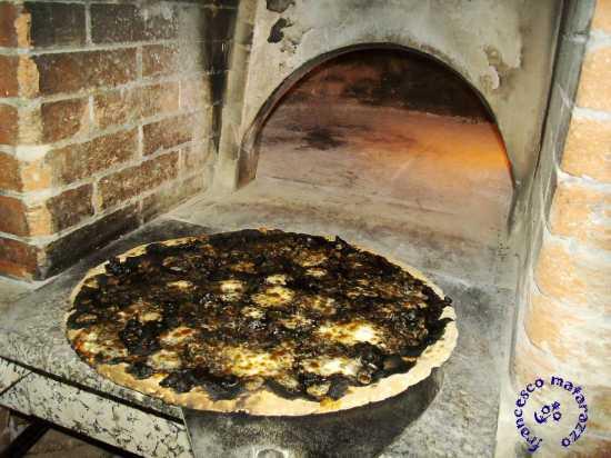 ROSOLINI:PIZZA AL NERO DI SEPPIA (6398 clic)
