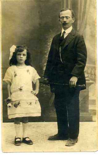 mio nonno Giovanni con mia madre - Trinitapoli (2139 clic)