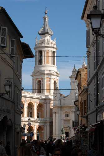 scorcio della basilica dal corso - LORETO - inserita il 26-Oct-09