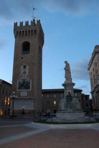 piazza Giacomo Leopardi - RECANATI - inserita il 02-Dec-09