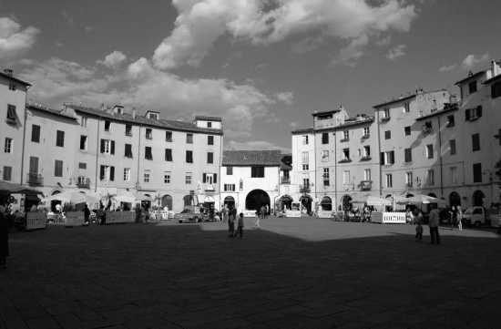 Piazza Anfiteatro - Lucca (3509 clic)