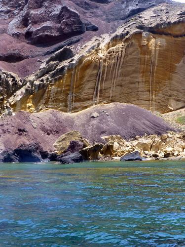 Isola di Linosa. scogliere sotto il vulcano spento -  - inserita il 16-Jul-13