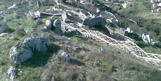 Il sentiero in legno visto dall'alto - Roccasecca (2563 clic)