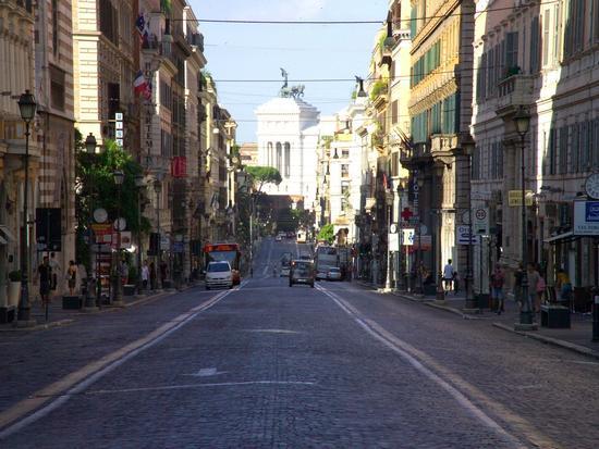 Via Nazionale in direzione piazza Venezia - Roma (1745 clic)
