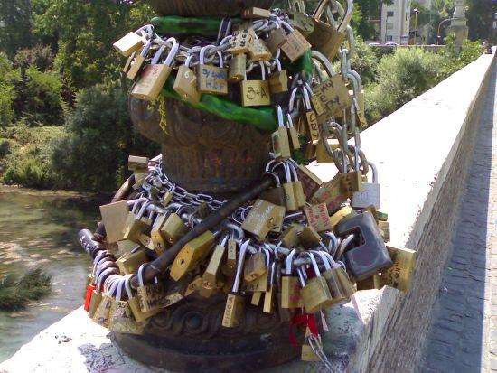 I lucchetti di Ponte Milvio_02 - luglio 2006 - Roma (2354 clic)