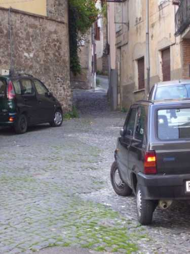 Stradina con (troppe) auto_02 - Velletri (1118 clic)