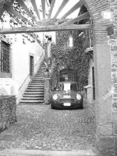 Bellisimo cortiletto medievale con macchina - Velletri (1953 clic)