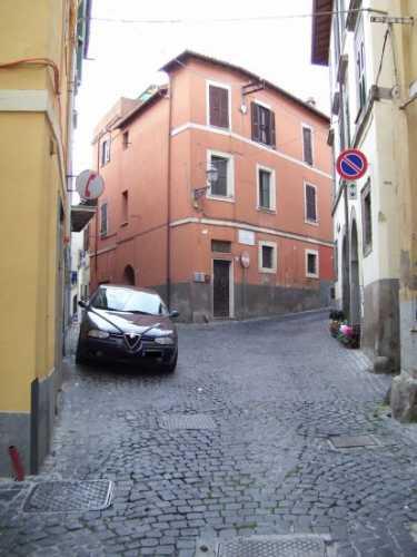 Una viuzza , con l'immancabile auto in sosta - Velletri (1205 clic)