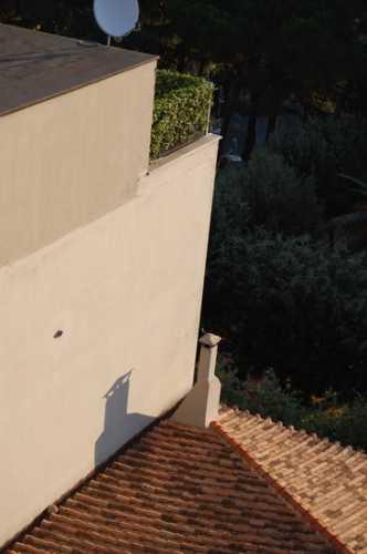 Tetto, comignolo e ombra - Velletri (2302 clic)