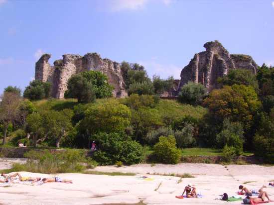 Sirimione, la spiaggia Giamaica e la villa romana alle sua spalle - Sirmione (7143 clic)
