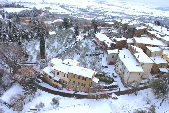 Borgo innevato dal campanile - Chianni (1161 clic)