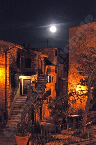 Sant'Angelo Romano scorcio notturno (1252 clic)