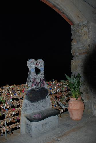 La statuina degli innamorati ed i luchetti su Via dell'Amore. - Manarola (3140 clic)