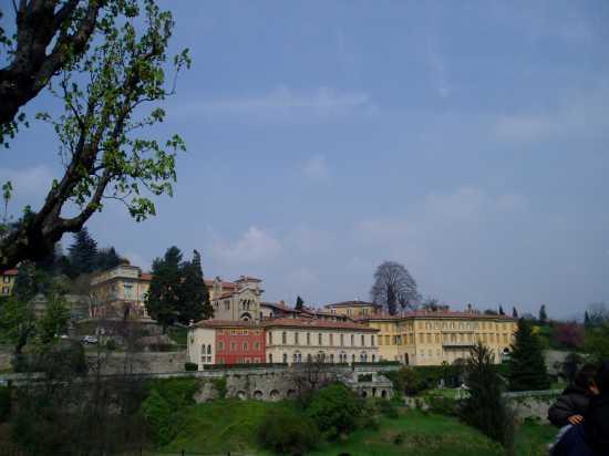 Via Beltrami in Città Alta vista da largo Colle Aperto - Bergamo (3558 clic)