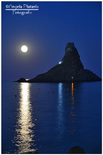 Spunta la grande luna ad Acitrezza - Aci trezza (1225 clic)