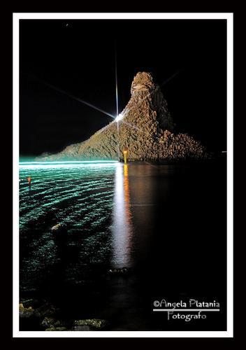 La lampara e la sua scia verde - ACI TREZZA - inserita il 06-Oct-14