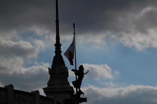 tricolore e nuvole - Roma (1846 clic)