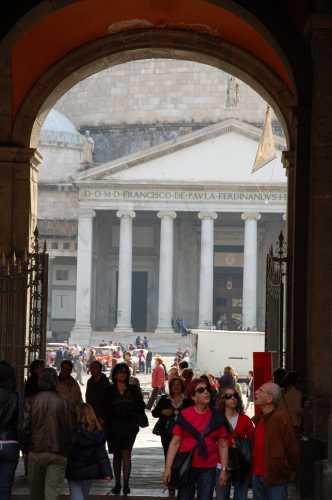 uscita da palazzo reale - NAPOLI - inserita il 06-Oct-09