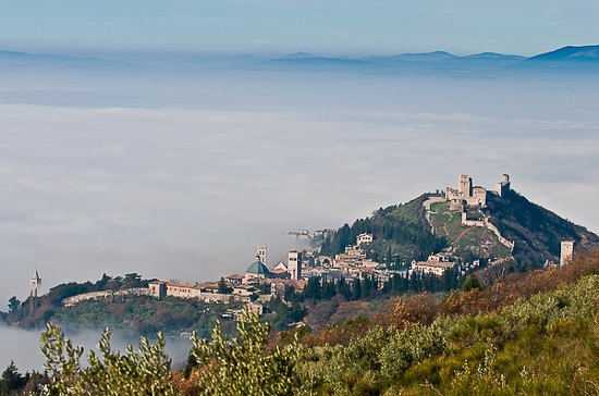 Assisi immersa nella nebbia (4111 clic)