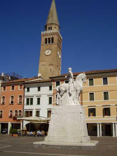 il monumento e la torre campanaria - Portogruaro (2305 clic)