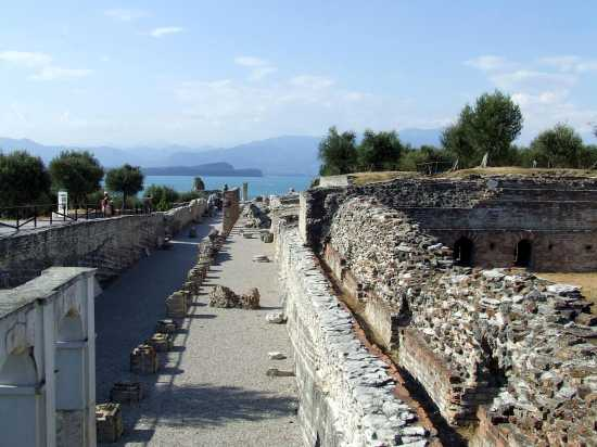 Grotte di Catullo - SIRMIONE - inserita il 05-Dec-09