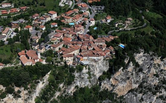 Pieve, chi dai tuoi balconi guarda, apre il cuor al magico Garda. - Tremosine (1627 clic)